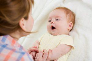 Когда новорожденный начинает слышать и видеть, как и что видят младенцы в 1 месяц, когда начинает узнавать маму