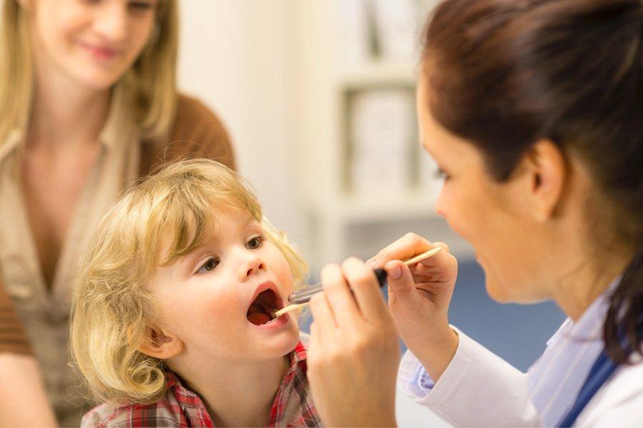 Белый налет на горле у ребенка лечение