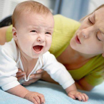 Что делать, если у ребенка рвота и болит живот с температурой или без, каковы причины такого состояния?