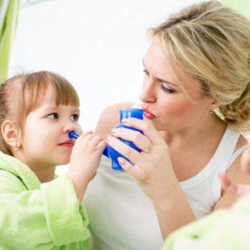 Как и чем правильно промывать нос ребенку при насморке и заложенности: алгоритм действий в домашних условиях