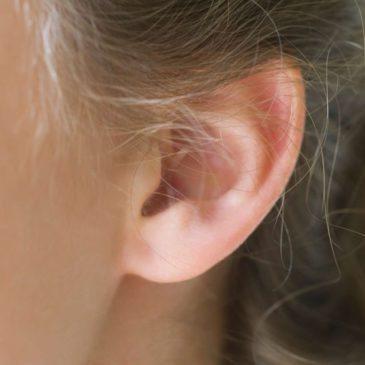 Почему ребенок постоянно чешет уши, какие симптомы свидетельствуют о наличии заболевания, что делать родителям?