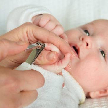 Можно ли подстригать ногти новорожденному или грудному младенцу и как правильно это делать?