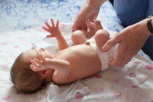 Новорожденный кряхтит и тужится во сне