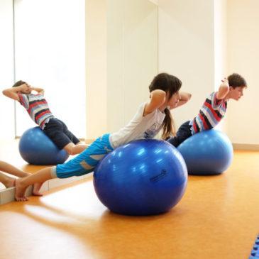Лечение и профилактика сколиоза у детей с помощью ЛФК: комплекс упражнений для выполнения в домашних условиях