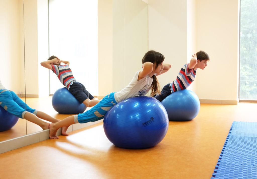 10 упражнений ЛФК при сколиозе у детей и гимнастика в домашних условиях