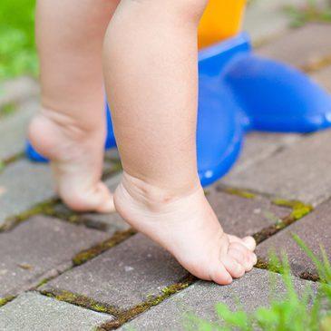 Доктор Комаровский: почему ребенок до 3-6 лет ходит на носочках, как делать массаж ног при хождении на цыпочках?