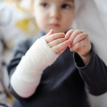 Переломы руки у ребенка со смещением и без: симптомы травмы лучевой и локтевой костей и предплечья, лечение, повязки