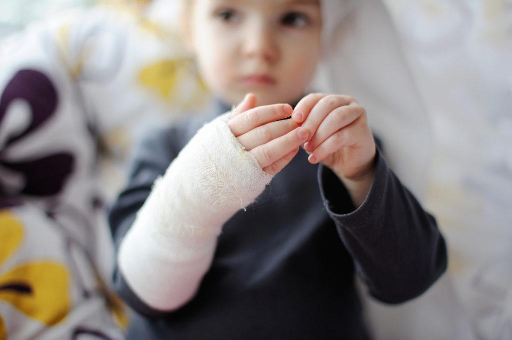 Перелом лучевой кости руки без смещения у ребенка сроки лечения