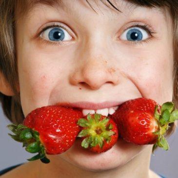 Симптомы и лечение аллергии на ягоды у детей: может ли быть реакция на клубнику и землянику, черешню и вишню, малину?