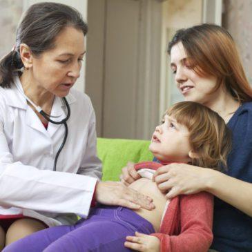 Почему ребенок жалуется на боли в животе в области пупка и что делать, чтобы ему помочь?