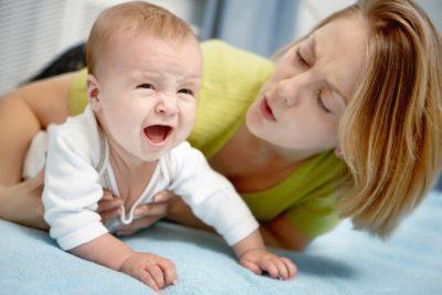Болит живот у новорожденного: почему он беспокоит грудного ребенка и что делать в домашних условиях, чтобы ему помочь?