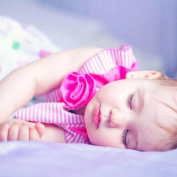 Новорожденный ребенок вздрагивает и дергается во сне: почему это происходит и нужно ли беспокоиться маме?