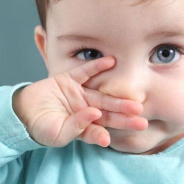 Могут ли при прорезывании зубов у детей появиться сопли, каковы причины появления симптома, как лечить насморк?