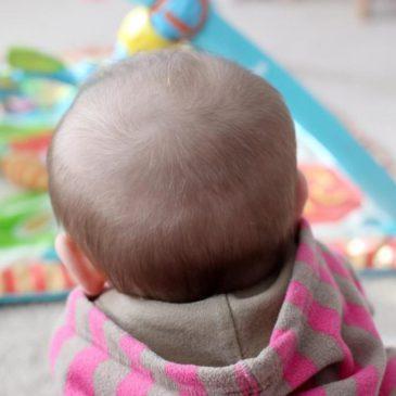 Пульсирует и подергивается родничок у грудничка: какие причины и нормально ли это, что делать и как лечить?