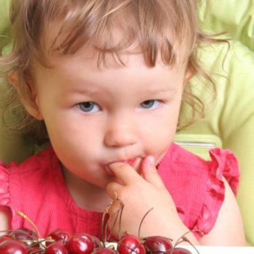 Что делать и как помочь ребенку, если он проглотил косточку от чернослива или свежей сливы, финика или вишни?