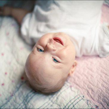 Почему новорожденный ребенок или грудничок не спит целый день, при этом плачет или нет?