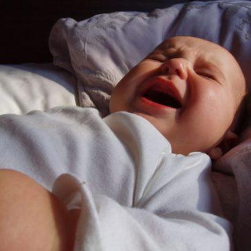 Почему ребенок ночью плохо спит и часто просыпается и что при этом делать: советы родителям, мнение доктора Комаровского