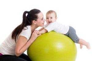 Во сколько малыш начинает ползать на четвереньках или когда малыш впервые встает на четвереньки, во сколько месяцев • Твоя Семья