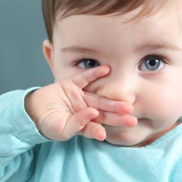У ребенка совсем не дышит нос и нет соплей: почему так бывает, что делать и как ему помочь?