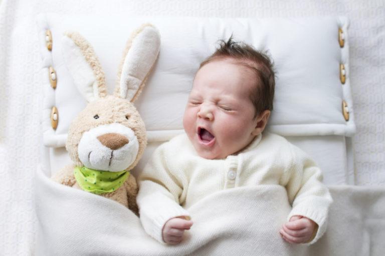 Если родители укладывают малыша спать одного, он может неосознанно реагировать беспокойством, капризами на отсутствие мамы поблизости.