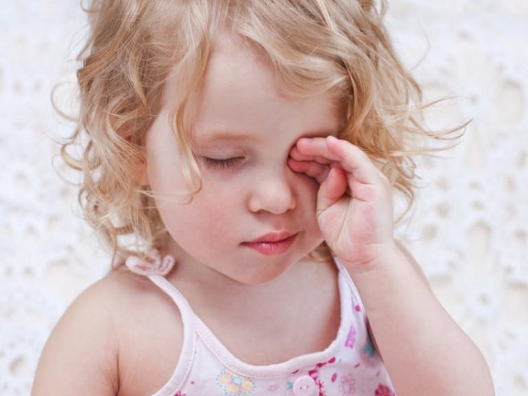 Отекло веко у ребенка причины