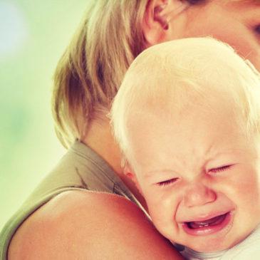 По каким симптомам можно понять, что у грудничка и ребенка старше года болит ухо, каковы особенности лечения?