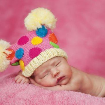 Кровянистые, белые и слизистые выделения у девочек-грудничков: о чем они говорят, опасны ли для новорожденных?