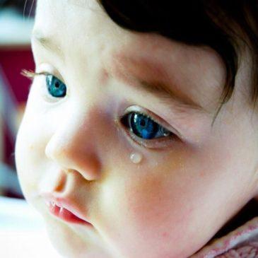 Почему у ребенка слезится один или оба глаза, какими симптомами может сопровождаться, что делать родителям?