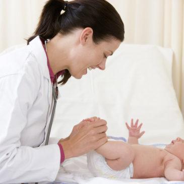 У каких врачей нужно пройти плановый осмотр новорожденному ребенку в 1 месяц: список специалистов для обследования