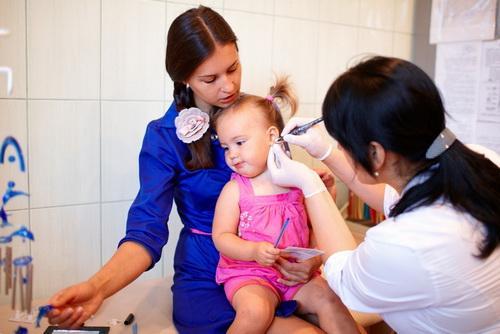 Чем мазать ушки после прокола ребенку