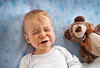 Ребенок периодически плачет во сне и не просыпается: почему это происходит и что делать?