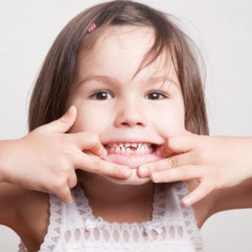 Как удалить молочный зуб у ребенка: можно ли вырывать в домашних условиях, чем обезболить, как ухаживать за ранкой?