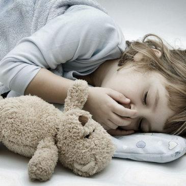 Ребенок сильно кашляет, когда ложится спать: как успокоить ночной кашель в домашних условиях?