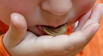Что делать, если ребенок проглотил маленькую монету, по каким симптомам можно это определить и в чем состоит опасность?