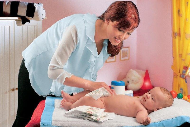 Уход за новорожденной девочкой в первый месяц жизни: интимная гигиена и купание