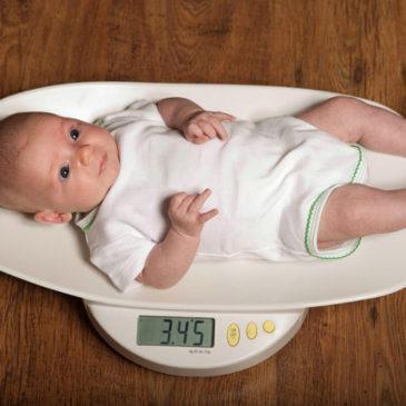 Вес новорожденного ребенка: какие нормы по таблицам и сколько должен прибавлять младенец после рождения?